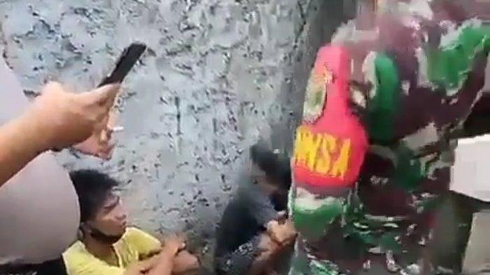 Oknum Babinsa TNI diduga melakukan tindak kekerasan saat mengamankan pengamen ondel-ondel yang mencuri ponsel milik warga di Jalan Kemang Utara, Mampang Prapatan, Jakarta Selatan, Rabu (11/11/2020).