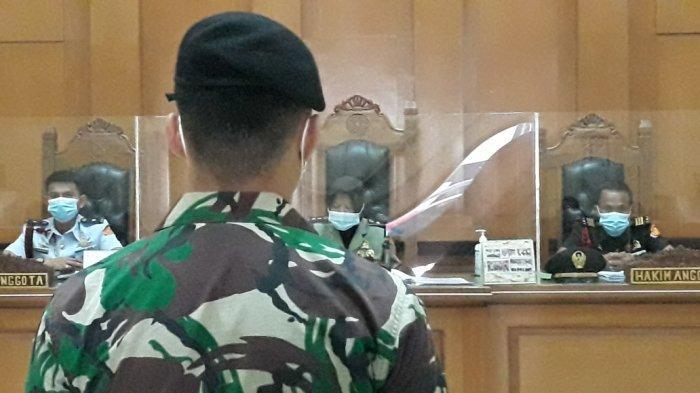 Oknum anggota TNI terdakwa pelaku perusakan Polsek Ciracas saat dihadirkan dalam sidang di Pengadilan Militer II-08 Jakarta, Senin (24/5/2021).