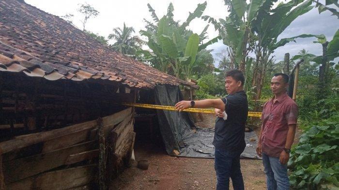 Kasatreskrim Polres Lampung Tengah AKP Edy Qorinas melakukan olah TKP pembunuhan sadis di Kampung Sendang Rejo, Kecamatan Sendang Agung, Selasa (23/3/2021).