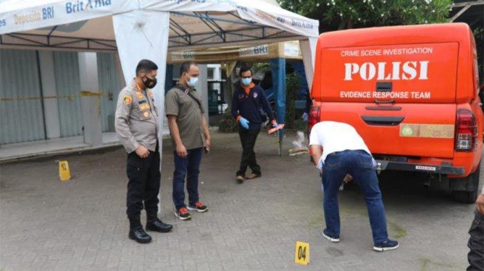 Polresta Tangerang melaksanakan olah tempat kejadian perkara dua maling misterius yang mencuri uang Rp 300 juta saat hendak dimasukkan petugas vendor ke ATM di Bank BRI Unit Kukun, Rajeg, Kabupaten Tangerang, Selasa (30/3/2021) siang. Dua pelaku sempat menembak salah satu petugas pembawa uang pada Selasa dini hari WIB.