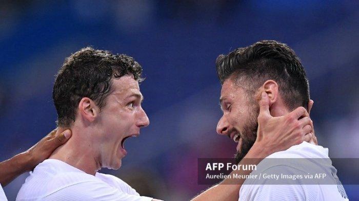Olivier Giroud dari Prancis diberi selamat oleh Benjamin Pavard setelah mencetak gol selama pertandingan persahabatan internasional antara Prancis dan Bulgaria di Stade de France pada 08 Juni 2021 di Paris, Prancis.