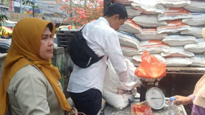 Bulog Berikan 10 Ton Beras Asal Thailand ke Pasar Anyar Tangerang