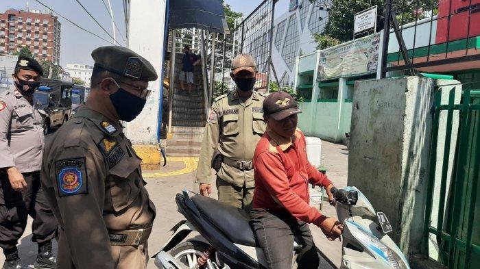 Petugas Gabungan Razia Tertib Protokol Kesehatan dan Penertiban PKL di Matraman Jakarta Timur