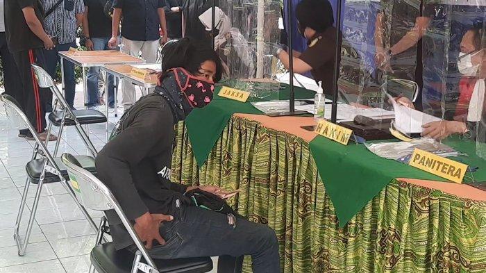 Pengemudi ojol pelanggar prokes dikenakan sanksi Rp20.000 saat sidang Operasi Yustisi di Kantor Kecamatan Bekasi Selatan, Kamis (8/7/2021).