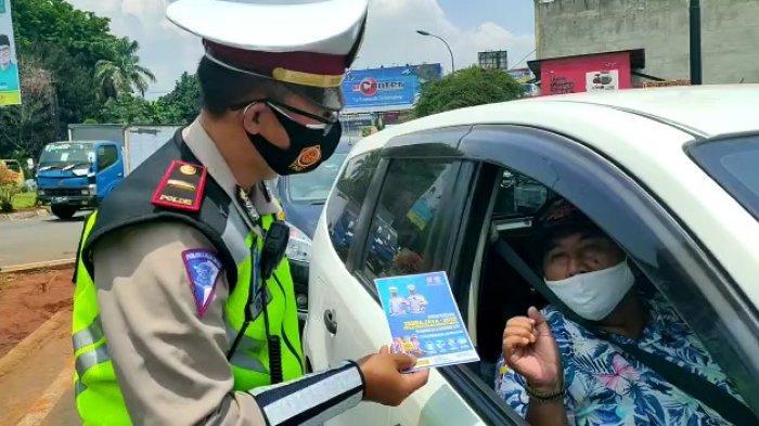 Polisi dari Satuan Lantas Polres Tangerang Selatan (Tangsel), menggelar Operasi Zebra perdana di tengah pandemi Covid-19, di sekitar Bundaran Alam Sutera, Serpong Utara, Senin (26/10/2020).