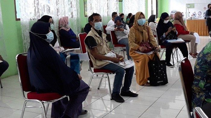 Orangtua calon peserta didik baru yang datang ke posko pelayanan PPDB Sudin Pendidikan Wilayah II Jakarta Timur di SMPN 103, Pasar Rebo, Selasa (8/6/2021)
