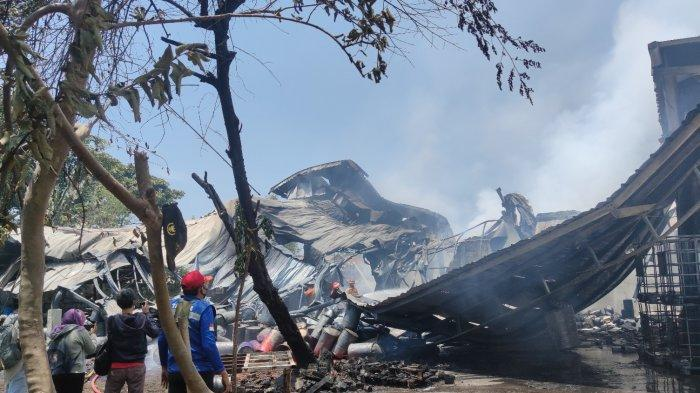 Pemadaman pabrik karung di Jalan Dongkal, Tapos, Kota Depok, yang terbakar pada Jumat (10/9/2021) siang.