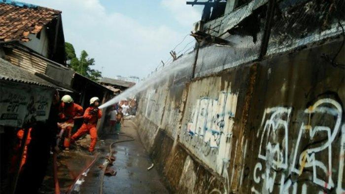Korsleting Diduga Pemicu Kebakaran di Pabrik Konveksi di Kebayoran Lama