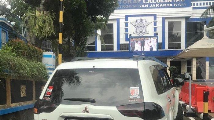 Mobil Mitsubishi Pajero Sport dengan nomor polisi RI-1 yang coba menerobos Mabes Polri, Jakarta Selatan, Rabu (25/11/2020).