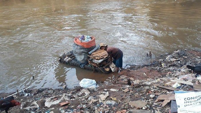 Kisah Pak Kentir Pemulung Sampah di Kali Ciliwung, Dua Anaknya Sukses Menjadi Pegawai Negeri