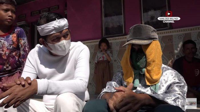 Pak Toro, pria yang alami bungkuk permanen karena pengobatan setrum saat diajak berbincang dengan Kang Dedi Mulyadi.
