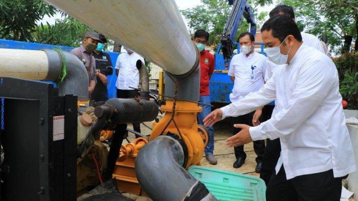 Wali Kota Tangerang, Arief R Wismansyah saat meninjau pompa modifikasi berukuran besae si bantaran Sungai Cisadane, Jalan K.S Tubun, Kecamatan Karawaci, Jumat (9/10/2020).