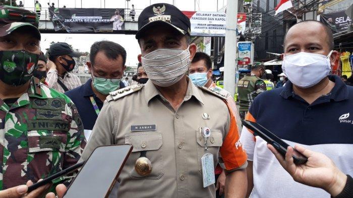 Wali Kota Jakarta Timur Muhammad Anwar saat memberi keterangan di Pasar Bali Mester Jatinegara, Minggu (31/1/2021).