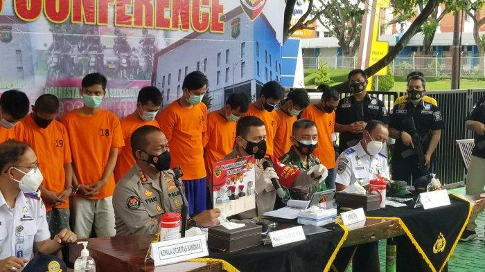 Polresta Bandara Soekarno-Hatta saat melakukan ungkap kasus pemalsuan surat bebas Covid-19 di Bandara Soekarno-Hatta, Senin (18/1/2021).