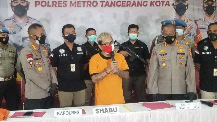 Komika Coki Pardede menggunakan baju tahanan Polres Metro Tangerang Kota karena tersandung kasus narkoba, Sabtu (4/9/2021).