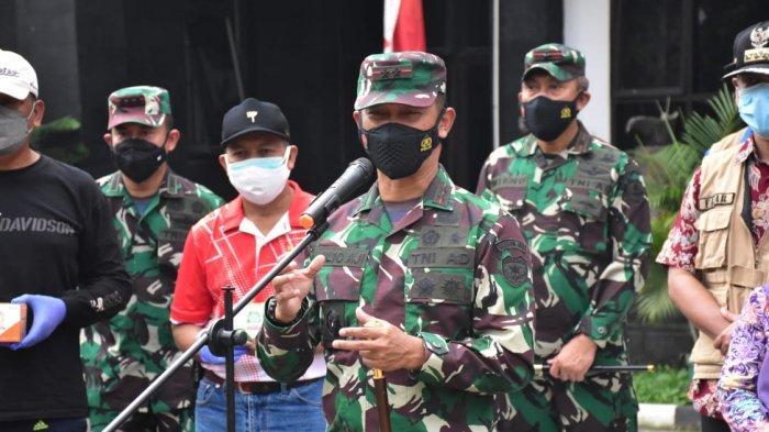 Pangdam Jaya Mayjen TNI Mulyo Aji saat mendistribusikan paket bantuan obat dan vitamin untuk warga di depan Kantor Camat Cipayung, Kamis (15/7/2021).