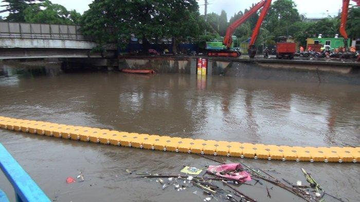 Pantauan ketinggian air di Pintu Air Manggarai Jakarta Pusat setelah DKI Jakarta diguyur hujan deras, Kamis (18/2/2021).