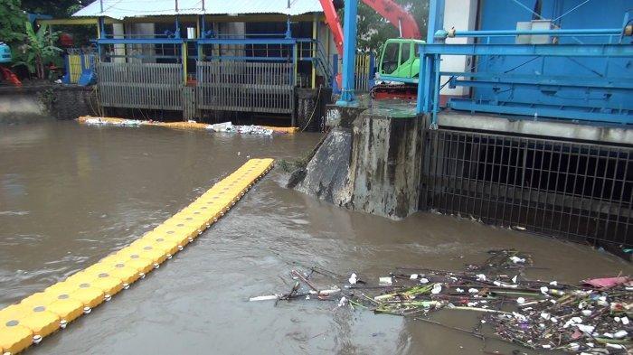 Hujan Merata Guyur Jakarta Sejak Jam 12 Siang, Begini Suasana di Pintu Air Manggarai Sore Ini
