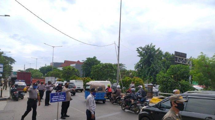 Petugas menjaring para pelanggar protokol kesehatan di depan RPTRA Kalijodo, Tambora, Jakarta Barat, Senin (2/11/2020).