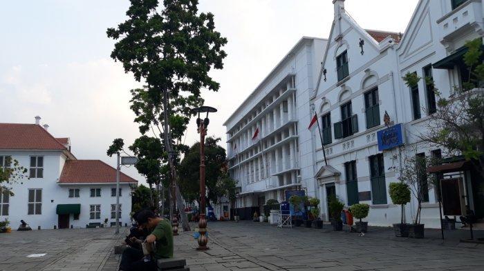 Para pengunjung menikmati sore hari di Taman Fatahillah, Kota Tua, Jakarta Barat, Rabu (28/10/2020).