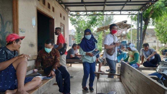 Para Sales dari berbagai macam perusahaan ramai-ramai mendatangi kampung miliarder Tuban di Desa Sumurgeneng, Minggu (21/2/2021) Para Sales dari berbagai macam perusahaan ramai-ramai mendatangi kampung miliarder Tuban di Desa Sumurgeneng, Minggu (21/2/2021).