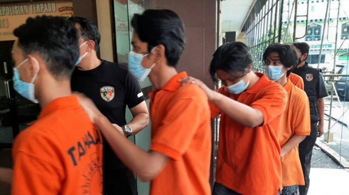 Para tersangka kasus tawuran yang menewaskan seorang remaja di Jalan Bangka XI C, Mampang Prapatan, saat dihadirkan dalam jumpa pers di Polres Metro Jakarta Selatan, Jumat (20/8/2021).