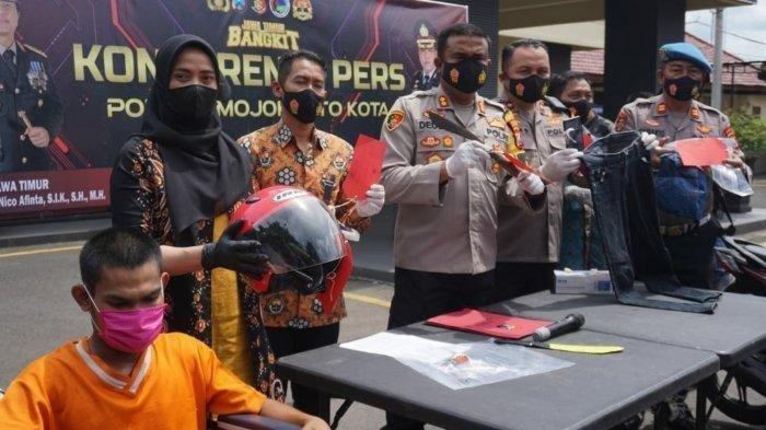 Kapolres Mojokerto Kota, AKBP Deddy Supriadi menunjukkan parang yang dipakai