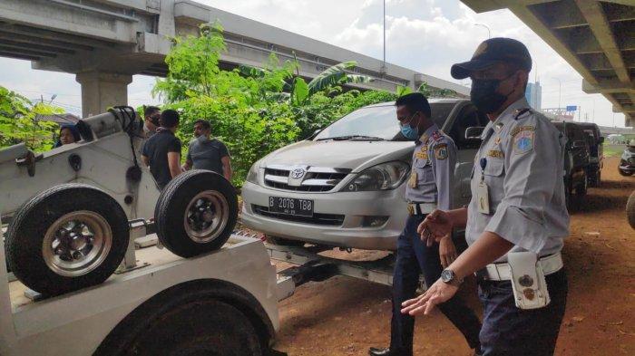 Penertiban parkir liar di Pilar Jati Bike Park wilayah Kelurahan Cipinang Melayu, Makasar, Jakarta Timur, Jumat (12/3/2021).