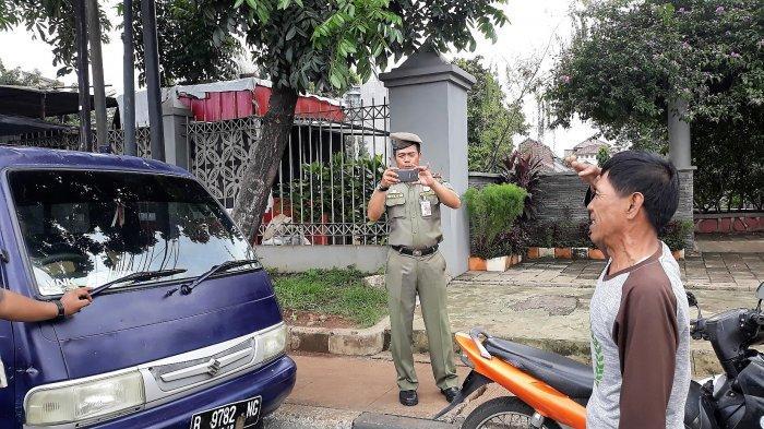 Supaya Kapok, Petugas Dishub Hukum Hormat dan Push Up Pengemudi Parkir Sembarangan di Jagakarsa