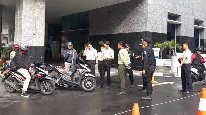 Tidak Sembarangan Kendaraan Boleh Parkir di Gedung DPRD DKI, Parkir Liar Ramai di Jalan Kebon Sirih