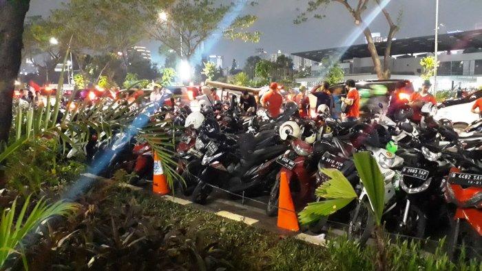 Penonton Laga Timnas Indonesia Vs Jepang di GBK Parkir MotorSepanjang Jalan Gerbang Pemuda Senayan