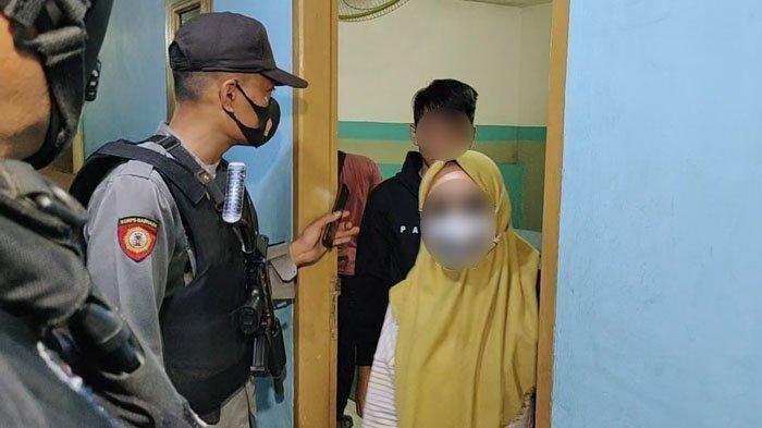Sepasang muda-mudi yang bukan suami istri terjaring razia petugas gabungan Pemkab Asahan dan TNI/Polri, Sabtu (10/4/2021) malam. Ada 10 pasangan mesum yang diamankan.
