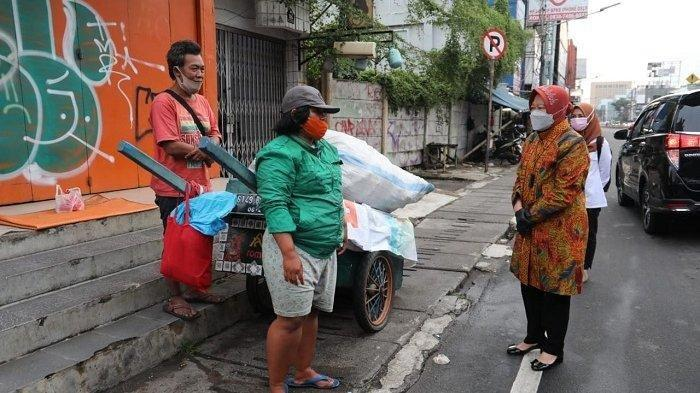 Cara Tri Rismaharini Bujuk Pemulung Agar Mau Tinggalkan Jalanan, Mensos: Ikut Aku Ya