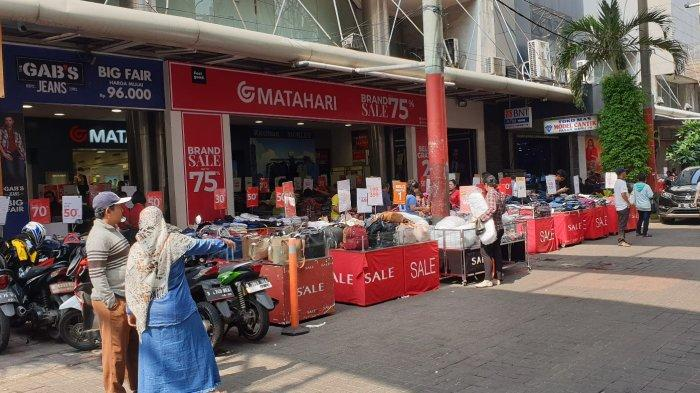 Pikat Pelanggan Usai Libur Lebaran, Sejumlah Toko di Pasar Baru Tawarkan Diskon Hingga 90%