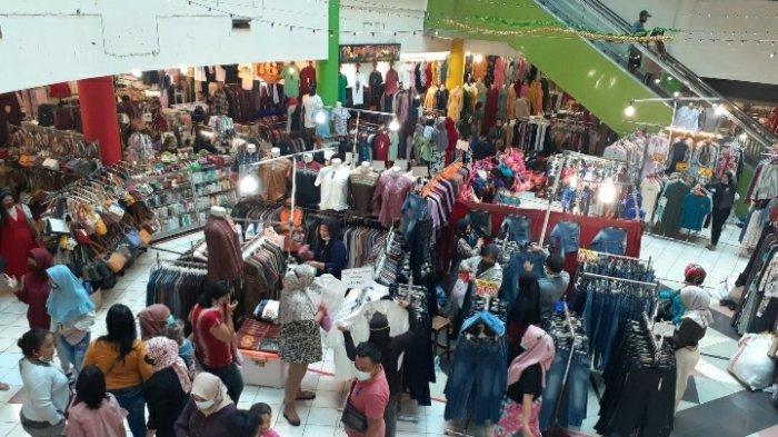 Gaji dan THR Turun, Masyarakat Berburu Baju Lebaran: Kawasan Pasar Ciputat Ramai Diserbu Pengunjung