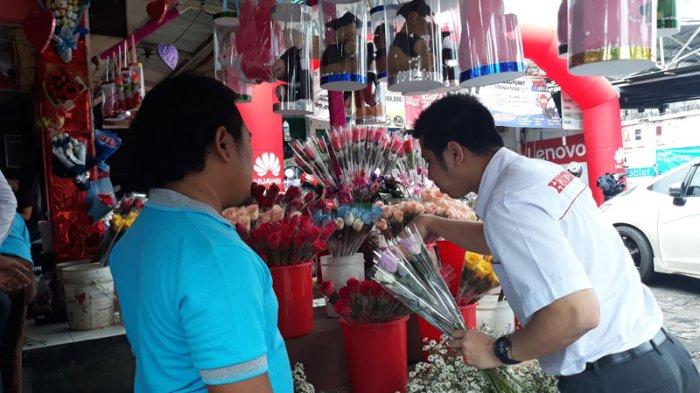 Rayakan Valentine dengan Kekasih, Bule Asal London Juga Belanja di Pasar Bunga Rawa Belong
