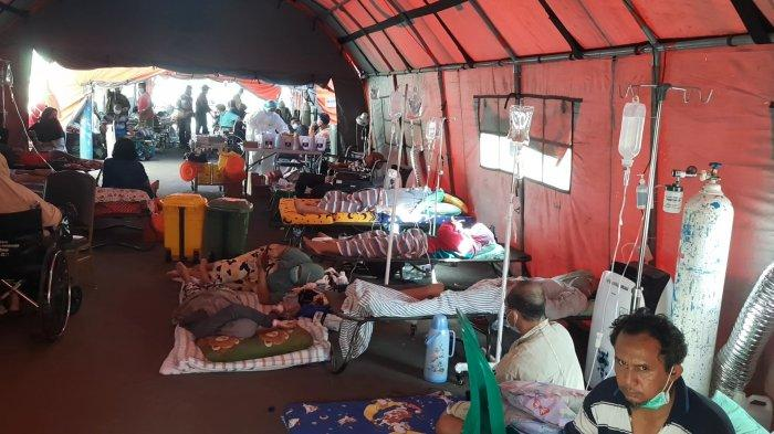 Suasana tenda darurat RSUD Chasbullah Abdulmadjid Kota Bekasi dipenuhi pasien yang membeludak, Kamis (24/6/2011).