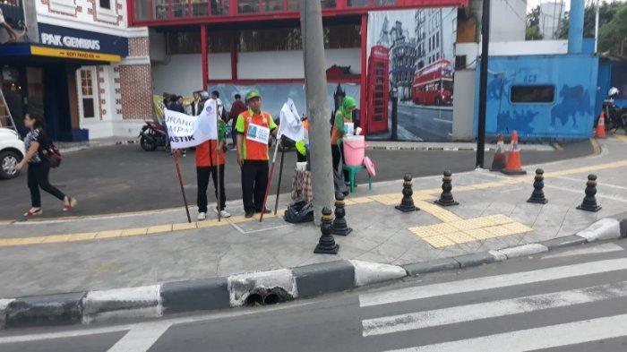 Puluhan Pasukan Oranye Kebon Jeruk Bagi-bagi Takjil di Jalan Panjang