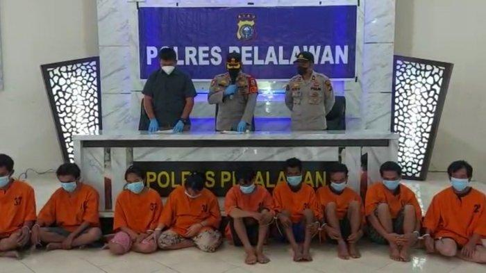 Sekelompok orang menganiaya secara keji pasangan suami istri di Pelalawan, Riau.  Pasutri dituding punya ilmu hitam.