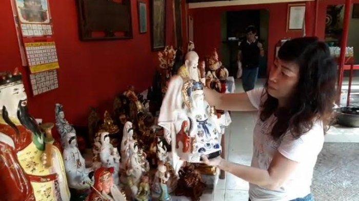 Jelang Imlek, Umat Bersihkan Patung Dewa-Dewi di Wihara Kwan In Thang