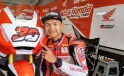 Pebalap AHRT Indonesia, Dimas Ekky Pratama, berpose setelah sesi kualifikasi Moto2 di Circuit de Barcelona-Catalunya, Sabtu (16/6/2018).