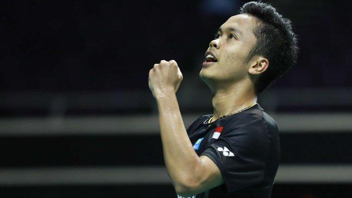 Pebulu tangkis tunggal putra Indonesia, Anthony Sinisuka Ginting, melakukan selebrasi saat menjalani pertandingan melawan Chen Long pada perempat final Singapore Open 2019.
