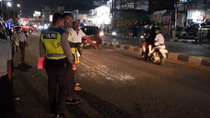 Pecahan kaca berserakan di Jalan Raya Dewi Sartika, Ciputat, Tangerang Selatan (Tangsel), tepatnya di depan Apartemen Green Lake View, tepatnya di jalur arah menuju Pasar Ciputat, Selasa (31/8/2021).