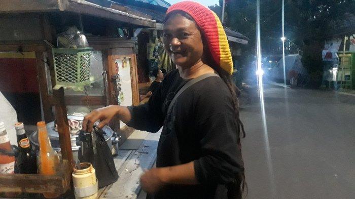 Gandrungi Musik Reggae, Pedagang Bakso Keliling di Manggarai Ini Punya Rambut Gimbal 80 Sentimeter