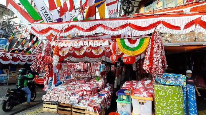 ampak lapak pedagang atribut bendera merah putih di Pasar Jatinegara, Kecamatan Jatinegara, Jakarta Timur, Rabu (3/8/2021).