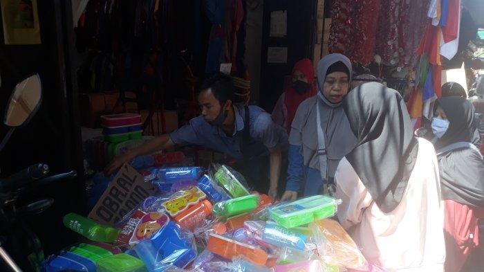 Sepi Pembeli, Omzet Pedagang Hadiah Lomba 17-an di Pasar AsemkaAnjlok