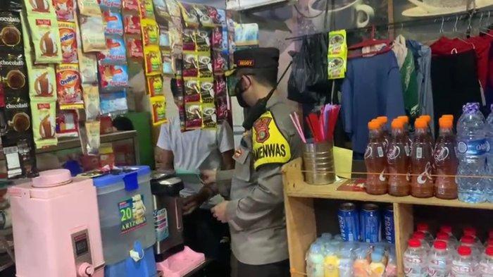 Pedagang di Pasar Ikan Pisangan Timur, Pulogadung, Jakarta Timur kedapatan tak kenakan masker dan dipakaikan masker oleh petugas, Rabu (2/6/2021)
