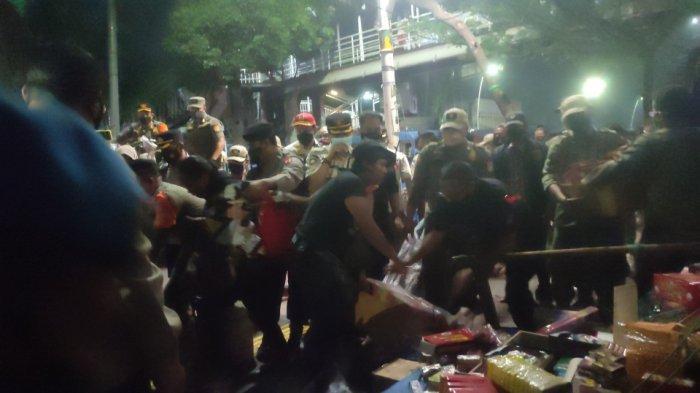 Bersikap tak koperatif, pedagang emak-emak di Pasar Ikan Jatinegara, Jakarta Timur teriak histeris hingga terjatuh, Kamis (13/5/2021) dini hari