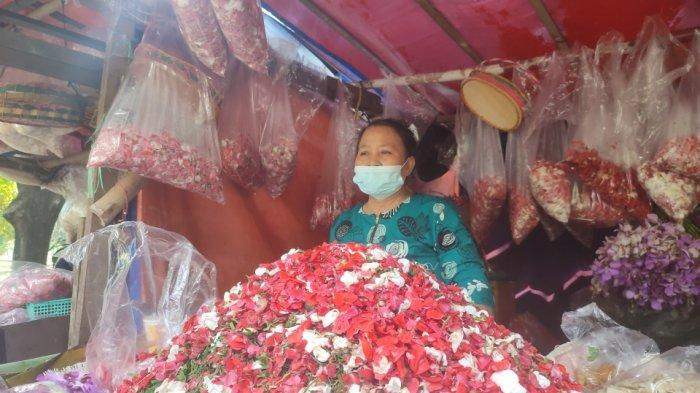 Pedagang Kembang di TPU Pondok Kelapa Merugi Imbas Larangan Ziarah: Modal Tak Kembali