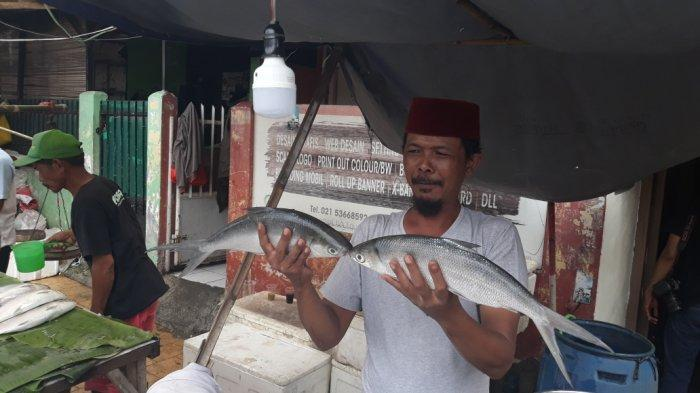Jelang Tahun Baru Imlek, Pedagang Ikan Bandeng Sudah Penuhi Jalan Rawa Belong Jakarta Barat